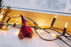 圣诞灯、杉木分支和逗人喜爱的矮子 库存图片