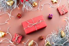 圣诞灯、giftbox、礼物、金黄装饰品和冷杉分支在棕色背景 免版税库存图片