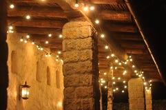 圣诞灯和咖啡馆的newyear装饰 免版税库存照片