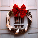 圣诞灯和花圈在前门在晚上 库存图片