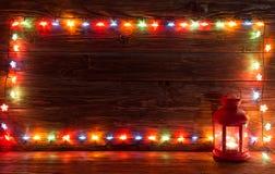 圣诞灯和葡萄酒灯笼在木背景 免版税图库摄影