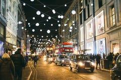 圣诞灯和装饰在牛津街在伦敦 免版税库存照片
