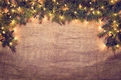 圣诞灯在亚麻布的装饰背景 顶视图 免版税库存照片