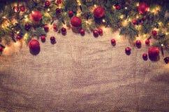 圣诞灯在亚麻布的装饰背景 顶视图 库存图片