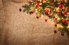 圣诞灯在亚麻布的装饰背景 顶视图 图库摄影