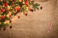 圣诞灯在亚麻布的装饰背景 顶视图 免版税库存图片