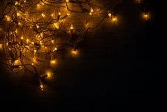 圣诞灯在木书桌上的背景概念 免版税库存照片