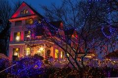 圣诞灯在维多利亚女王时代的佳丽的节日开头,波特兰,俄勒冈 免版税库存图片