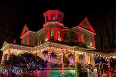 圣诞灯在维多利亚女王时代的佳丽的节日开头,波特兰,俄勒冈 免版税图库摄影
