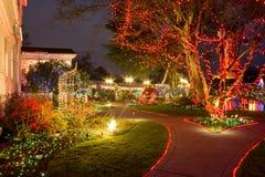 圣诞灯在维多利亚女王时代的佳丽的节日开头,波特兰,俄勒冈 库存照片