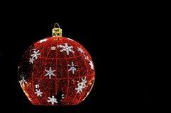 圣诞灯夜视图与人的剪影的 免版税库存照片