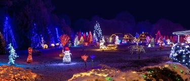 圣诞灯的村庄,全景 免版税图库摄影