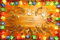 圣诞灯礼物盒框架和乐器在金黄 免版税图库摄影