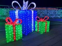 圣诞灯礼物盒,被阐明的礼物在晚上 免版税库存图片