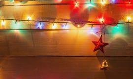 圣诞灯背景和装饰响铃和星 库存照片