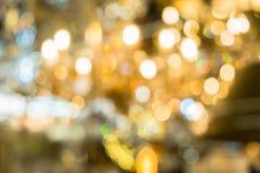 圣诞灯被弄脏的抽象背景  明亮地发光的橙黄球和线 E 免版税库存图片