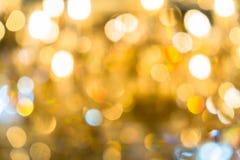 圣诞灯被弄脏的抽象背景  明亮地发光的橙黄球和线 E 免版税库存照片