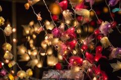 圣诞灯装饰在Southwark开放的市场上在伦敦 抽象空白背景圣诞节黑暗的装饰设计模式红色的星形 库存图片