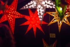 圣诞灯装饰在Southwark开放的市场上在伦敦 抽象空白背景圣诞节黑暗的装饰设计模式红色的星形 免版税图库摄影