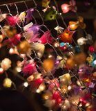圣诞灯装饰在Southwark开放的市场上在伦敦 抽象空白背景圣诞节黑暗的装饰设计模式红色的星形 库存照片