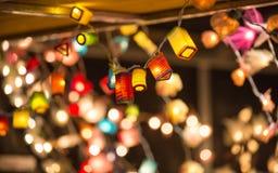 圣诞灯装饰在Southwark开放的市场上在伦敦 抽象空白背景圣诞节黑暗的装饰设计模式红色的星形 免版税库存图片