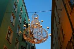 圣诞灯,垂悬在因斯布鲁克,奥地利的一盏巨大的枝形吊灯 免版税库存照片