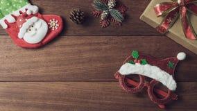 圣诞礼物、装饰品和装饰汇集在木背景 免版税库存照片