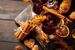 圣诞礼物和加香料的热葡萄酒 免版税库存图片