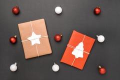 圣诞礼物和球在黑背景 免版税库存照片