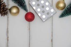 圣诞礼物或礼物盒在白色木背景 免版税库存照片