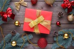 圣诞礼物提出与在灰色背景的装饰 库存照片