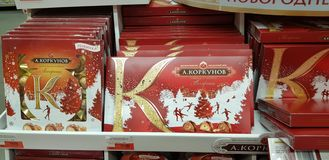 圣诞礼物礼品包装材料甜点在超级市场 库存照片