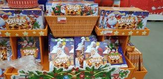 圣诞礼物礼品包装材料甜点在超级市场 免版税库存照片
