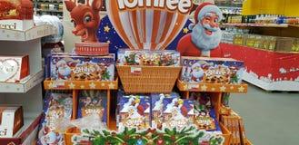 圣诞礼物礼品包装材料甜点在超级市场 免版税库存图片