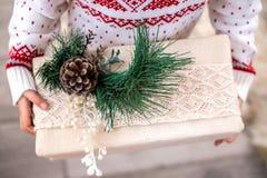 圣诞礼物箱子在儿童的手上 特写镜头 免版税库存图片