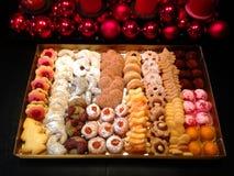 圣诞礼物箱子用自创圣诞节曲奇饼 免版税库存照片