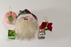 圣诞老人、苹果、响铃和礼物 免版税库存图片