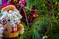 圣诞老人、装饰和圣诞树 免版税图库摄影