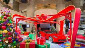 圣诞老人、2014年轻武装快舰、礼物和圣诞树 免版税库存照片