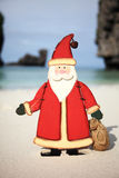 圣诞老人一个海滩假期 免版税库存图片