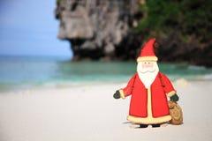 圣诞老人一个海滩假期 库存图片