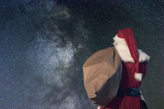 圣诞老人不可思议的圣诞夜 满天星斗的晚上 免版税库存图片