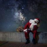 圣诞老人不可思议的圣诞夜 满天星斗的晚上 免版税库存照片