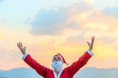 圣诞老人举了他的手对天空 免版税库存图片