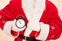 圣诞老人举行时钟 免版税库存照片