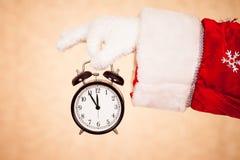 圣诞老人举行时钟 免版税库存图片