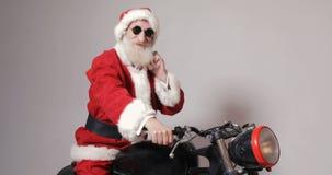 圣诞老人乘摩托车提供礼物 股票录像
