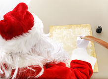 圣诞老人做他的名单 库存照片