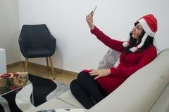 圣诞老人做selfie的圣诞节妇女 免版税库存图片