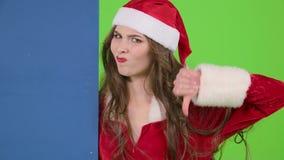 圣诞老人助理莫明其妙地看委员会并且显示拇指下来 绿色屏幕 慢的行动 股票视频
